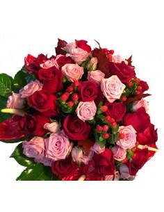 Mazzo d'anìmore con rose rosse e rosa