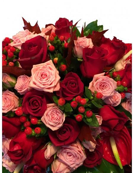 Rose rosse e rosa anthurium