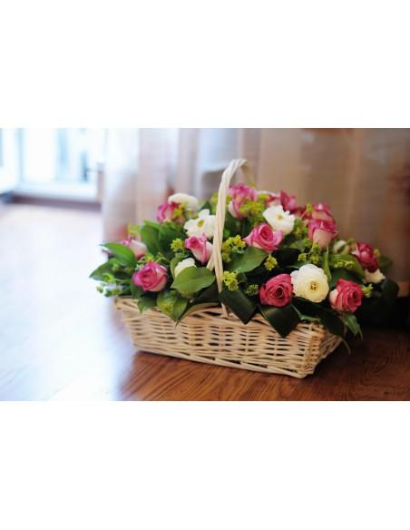 Cesto  con rose rosa e fiori bianchi di stagione con verde decorativo